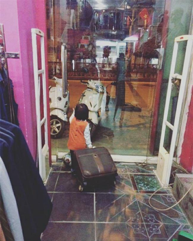 Nói còn chưa sõi nhưng cô bé 2 tuổi đã nhiều lần xách vali bỏ nhà ra đi với lý do Con đi cứu giúp bạn bè - Ảnh 1.