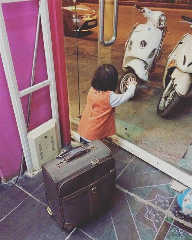 Nói còn chưa sõi nhưng cô bé 2 tuổi đã nhiều lần xách vali bỏ nhà ra đi với lý do Con đi cứu giúp bạn bè - Ảnh 2.