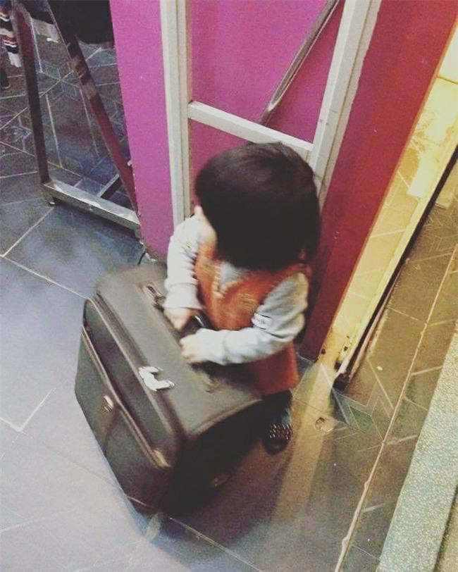 Nói còn chưa sõi nhưng cô bé 2 tuổi đã nhiều lần xách vali bỏ nhà ra đi với lý do Con đi cứu giúp bạn bè - Ảnh 3.