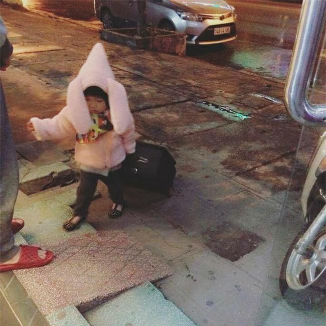 Nói còn chưa sõi nhưng cô bé 2 tuổi đã nhiều lần xách vali bỏ nhà ra đi với lý do Con đi cứu giúp bạn bè - Ảnh 8.