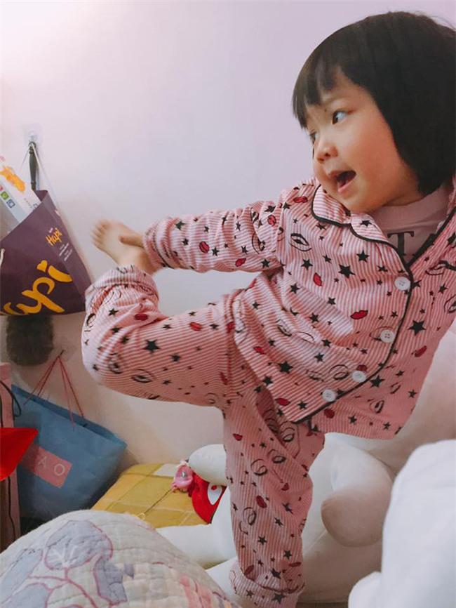 Nói còn chưa sõi nhưng cô bé 2 tuổi đã nhiều lần xách vali bỏ nhà ra đi với lý do Con đi cứu giúp bạn bè - Ảnh 9.
