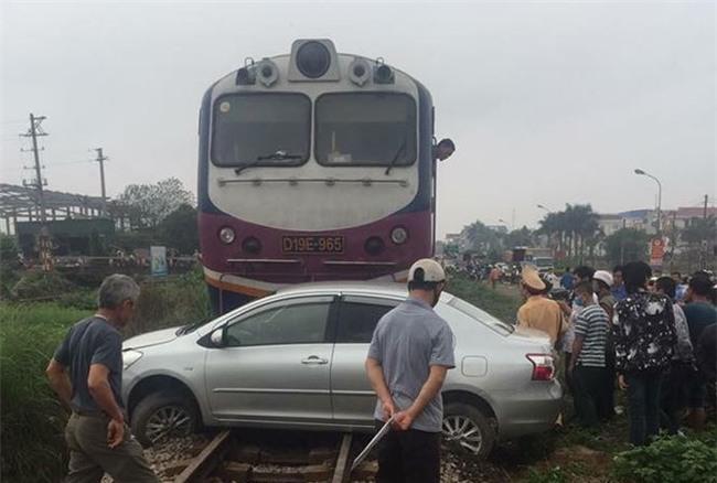 Xế hộp chết máy trên đường bị tàu hỏa đâm trúng