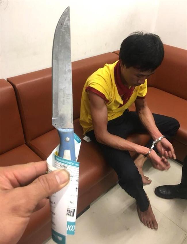 Tài xế taxi cầm dao nhọn tấn công nhân viên an ninh sân bay Vinh - Ảnh 2.