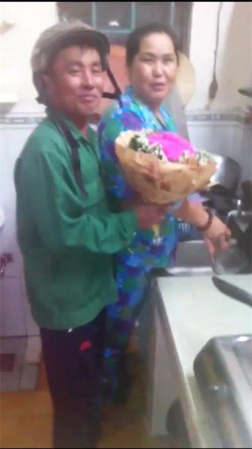 Clip người đàn ông trung tuổi ôm bó hoa hồng về tặng vợ nhân dịp 8/3 khiến nhiều người ghen tị - Ảnh 1.