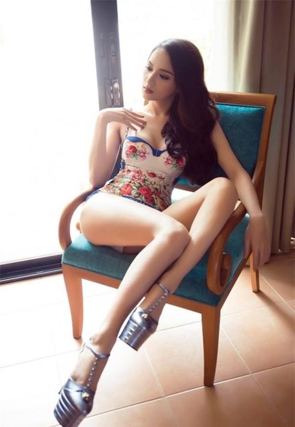 Tung ảnh với bikini nóng bỏng, Hương Giang bị soi đến tận đôi giày!-1