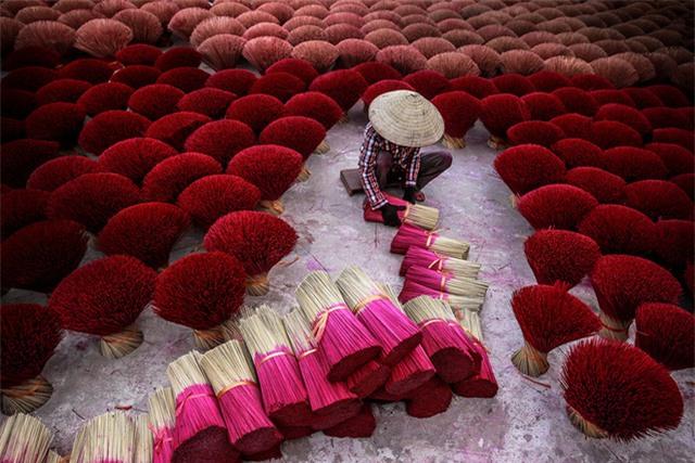 Tác phẩm Làm Hương của Nhiếp ảnh gia Trần Tuấn Việt