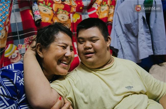 Chuyện má con thằng khờ bán hàng rong ở phố đi bộ Sài Gòn: 19 năm một mình đi tìm nụ cười cho con - Ảnh 1.