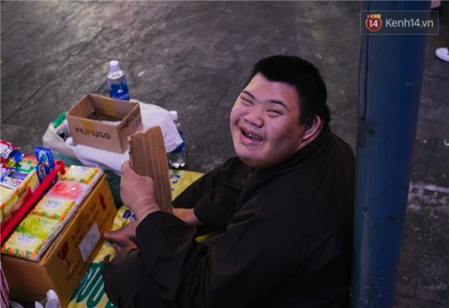 Chuyện má con thằng khờ bán hàng rong ở phố đi bộ Sài Gòn: 19 năm một mình đi tìm nụ cười cho con - Ảnh 8.