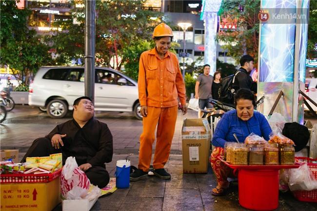 Chuyện má con thằng khờ bán hàng rong ở phố đi bộ Sài Gòn: 19 năm một mình đi tìm nụ cười cho con - Ảnh 9.