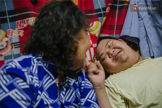 Chuyện má con thằng khờ bán hàng rong ở phố đi bộ Sài Gòn: 19 năm một mình đi tìm nụ cười cho con - Ảnh 11.