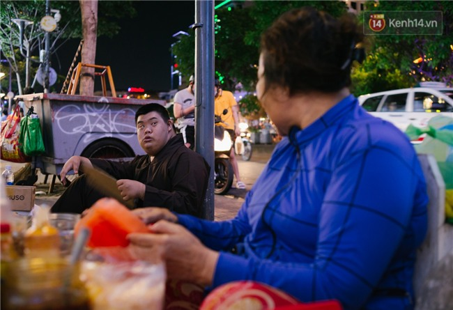 Chuyện má con thằng khờ bán hàng rong ở phố đi bộ Sài Gòn: 19 năm một mình đi tìm nụ cười cho con - Ảnh 4.