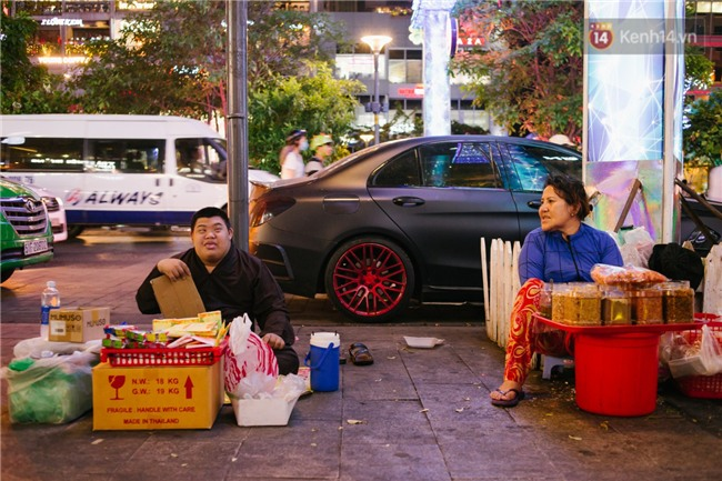 Chuyện má con thằng khờ bán hàng rong ở phố đi bộ Sài Gòn: 19 năm một mình đi tìm nụ cười cho con - Ảnh 7.