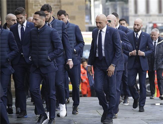 Hang nghin fan va cac sao Serie A tien dua cau thu xau so hinh anh 10
