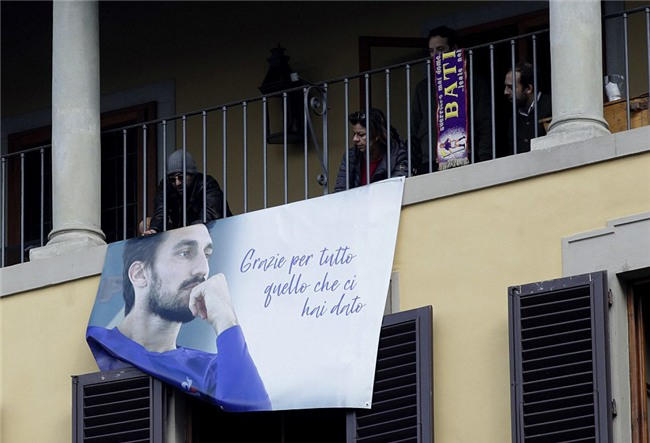 Hang nghin fan va cac sao Serie A tien dua cau thu xau so hinh anh 3