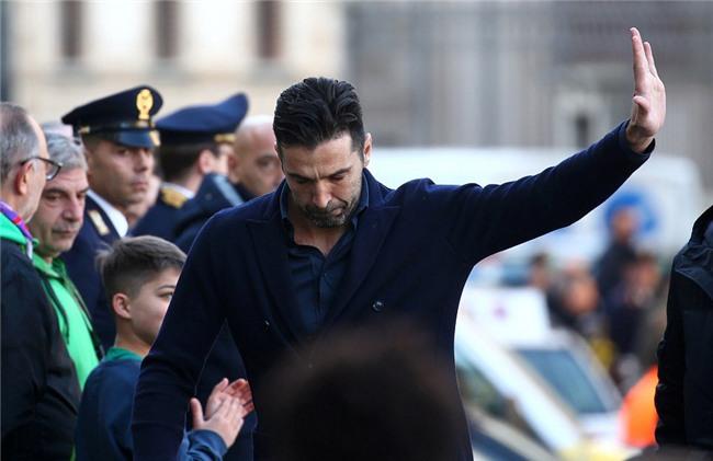 Hang nghin fan va cac sao Serie A tien dua cau thu xau so hinh anh 8