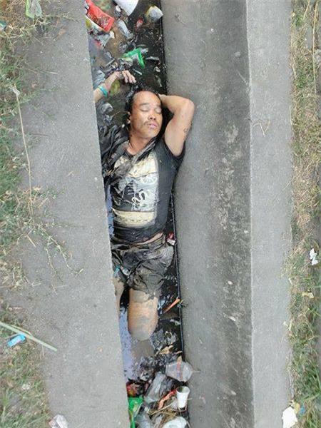 Thấy người đàn ông chết đuối dưới cống, người dân gọi cảnh sát tới vớt lên thì phát hiện sự thật bất ngờ - Ảnh 2.