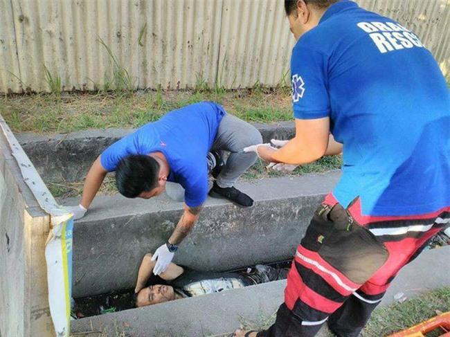 Thấy người đàn ông chết đuối dưới cống, người dân gọi cảnh sát tới vớt lên thì phát hiện sự thật bất ngờ - Ảnh 3.