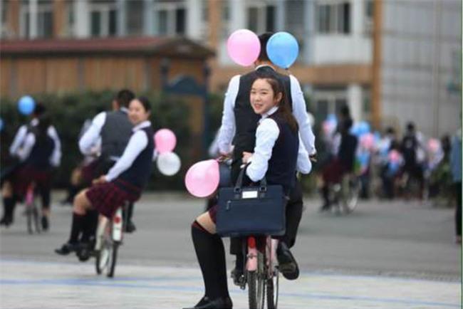 Nam sinh trường người ta khiến bao cô nàng ghen tị: Thuê xe đạp, cột bóng bay đèo các bạn nữ nhân ngày Con gái 7/3