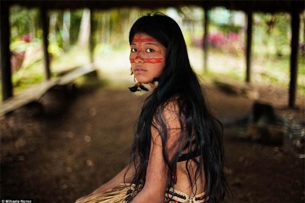 Chân dung của một cô gái thổ dân châu Mỹ được Noroc chụp lại