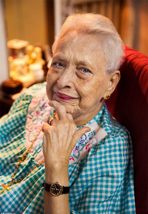 Người phụ nữ 100 tuổi sống tại Mumbai (Ấn Độ), nhưng vẫn rất trẻ trung trong bức ảnh chân dung của Noroc