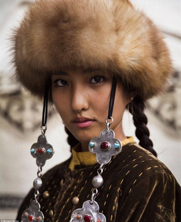 Cô gái trong bộ trang phục truyền thống của Kyrgyzstan