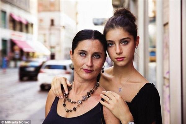 Hai mẹ con mà Noroc gặp tại thành phố Milan, Ý
