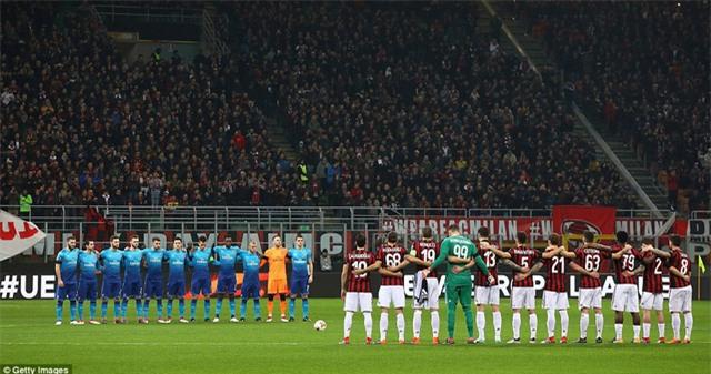 Cầu thủ hai đội dành 1 phút mặc niệm cho cầu thủ Davide Astoria của Fiorentina đã qua đời cuối tuần trước