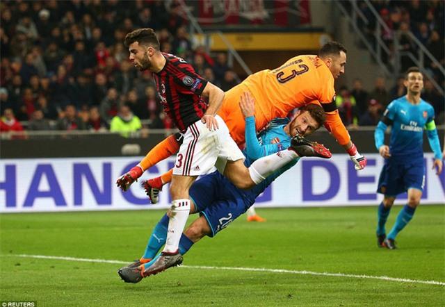 Thủ thành Ospina được thay thế Cech bắt chính, đã nhiều vô hiệu hóa thành công các chân sút AC Milan