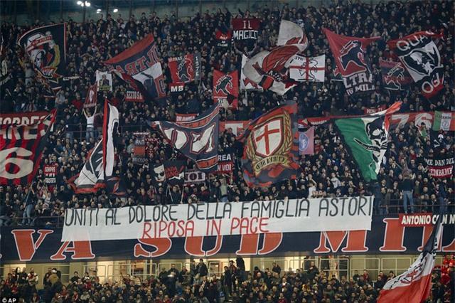 Khán giả trên sân San Siro tưởng nhớ Davide Astori