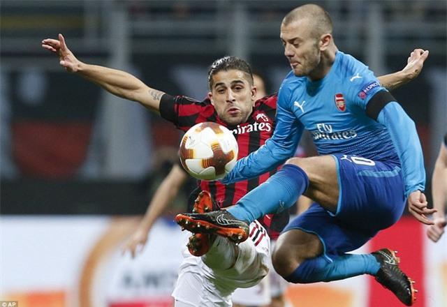 Jack Wilshere trong pha tranh bóng quyết liệt với Ricardo Rodriguez bên phía AC Milan