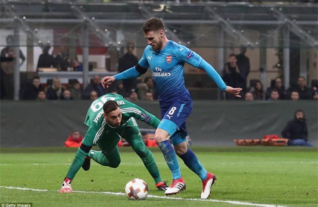 Aron Ramseny trong pha bóng vượt qua Donnarumma để nâng tỷ số lên 2-0 ở phút 45 cho AC Milan