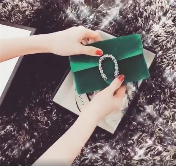 Bên cạnh đó, người đẹp cũngvừa khoe chiếc túi đắt đỏ của nhãn hàng Gucci mà cô được tặng trong ngày Quốc tế Phụ nữ. - Tin sao Viet - Tin tuc sao Viet - Scandal sao Viet - Tin tuc cua Sao - Tin cua Sao