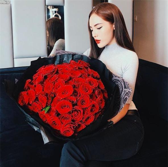 Không chỉ Ngọc Trinh, Hoa hậu Kỳ Duyên cũng khoe được nhận một bó hoa hồng rất rực rỡ. - Tin sao Viet - Tin tuc sao Viet - Scandal sao Viet - Tin tuc cua Sao - Tin cua Sao