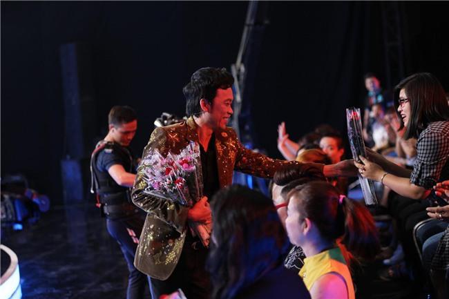 Trấn Thành, Hoài Linh khiến hàng trăm khán giả nữ phấn khích với màn tặng hoa cực ga-lăng-1