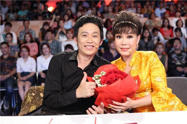 Trấn Thành, Hoài Linh khiến hàng trăm khán giả nữ phấn khích với màn tặng hoa cực ga-lăng-2
