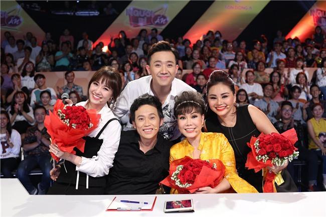 Trấn Thành, Hoài Linh khiến hàng trăm khán giả nữ phấn khích với màn tặng hoa cực ga-lăng-3