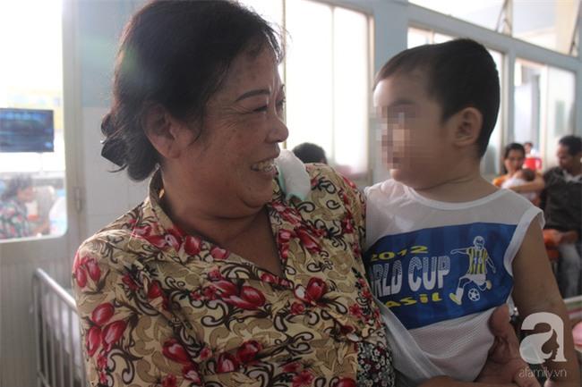Leo lên gác lấy điện thoại đưa cho bà, bé trai 20 tháng tuổi trượt chân té nứt sọ - Ảnh 3.