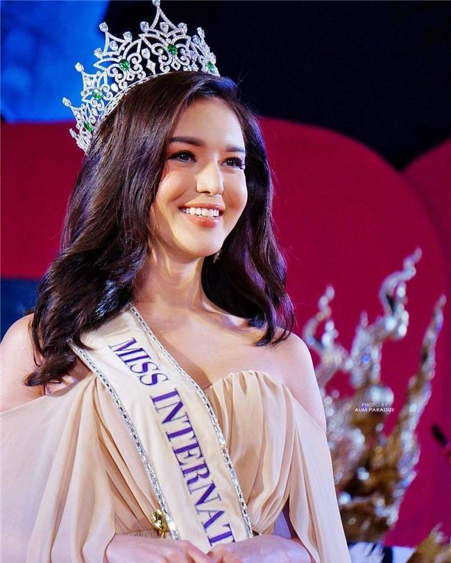So găng nhan sắc của Hương Giang với 12 cựu Hoa hậu Chuyển giới Quốc tế: Ai hơn ai? - Ảnh 23.