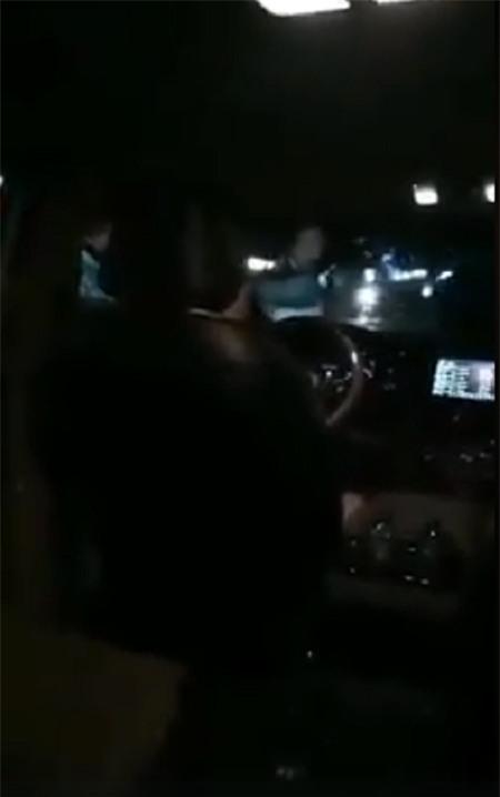 Con nhỏ đi vệ sinh trên xe taxi nhưng hành khách vẫn gây gổ, đòi hành hung tài xế khiến dân mạng bức xúc - Ảnh 2.