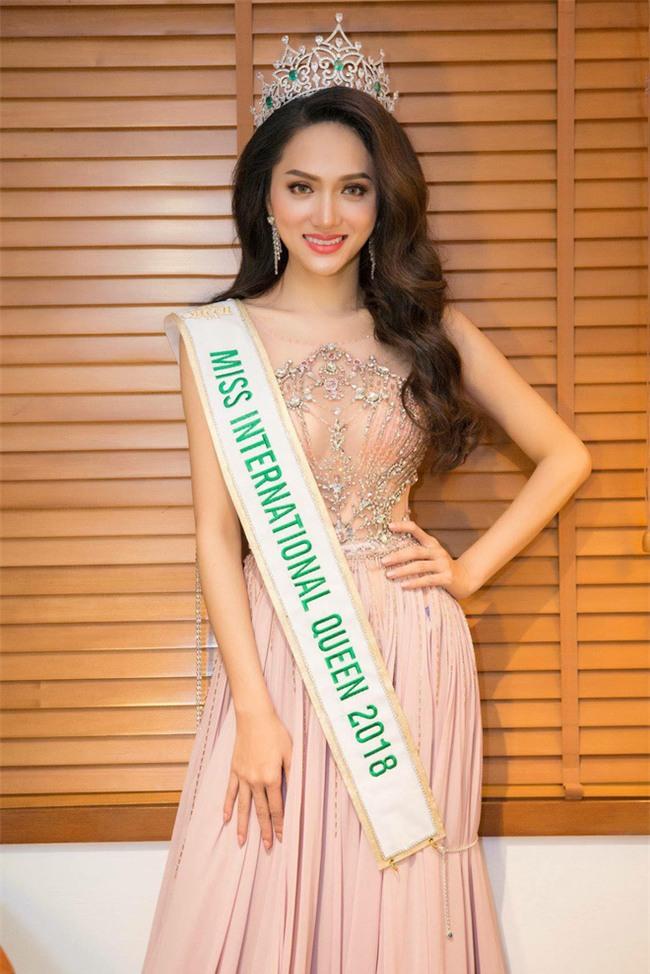 Hoa hậu Hương Giang thần thái ngời ngời sau một ngày đăng quang - Ảnh 2.