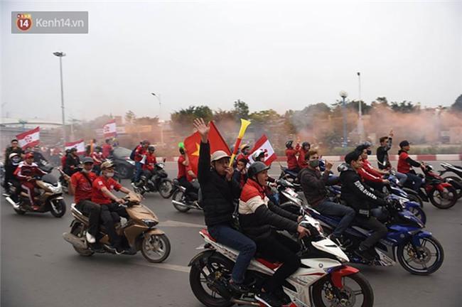 Fan Hải Phòng đốt pháo sáng, nhuộm đỏ đường phố Hà Nội trên đường tiến về sân Hàng Đẫy