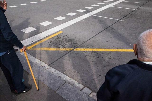 Chiếc ba toong tạo cùng với vạch kẻ trên đường tạo nên một mũi tên màu vàng.