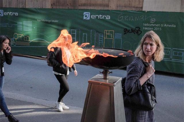 Gió thổi qua ngọn lửa tạo nên một hiệu ứng độc đáo cho khung hình phía sau.