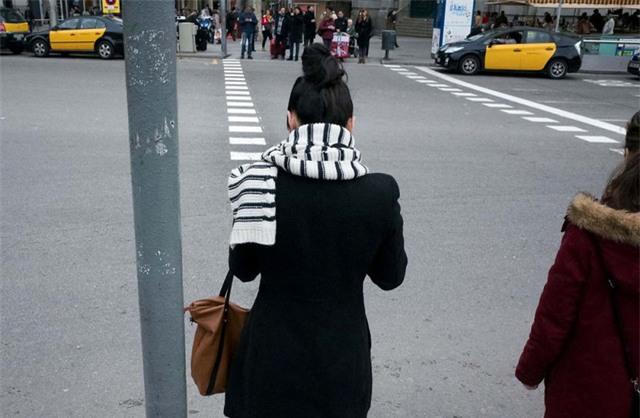 Chiếc khăn kẻ sọc của người phụ nữ thẳng hàng với làn kẻ dành cho người đi đường.