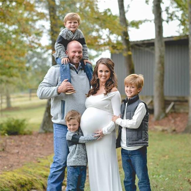 Trước 6 thiên thần, chịCourtney cũng đã có 3 bé trai, trong đó có 1 cặp sinh đôi.