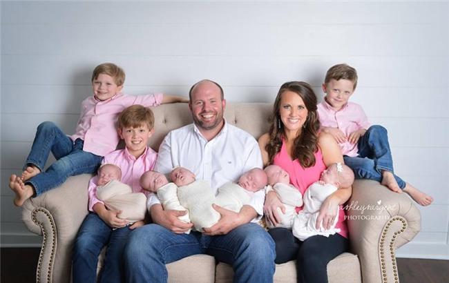 Như vậy, Courtney hiệnđang là mẹ của 9 bé con đáng yêu với chỉ 3lần sinh nở.