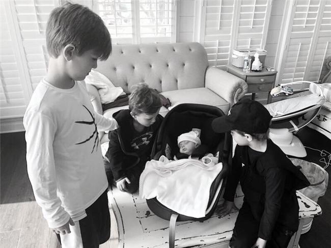 Khi biết tin các em chào đời, các anhSaylor, Wale và Bridge tỏ ra vô cùng thích thú.