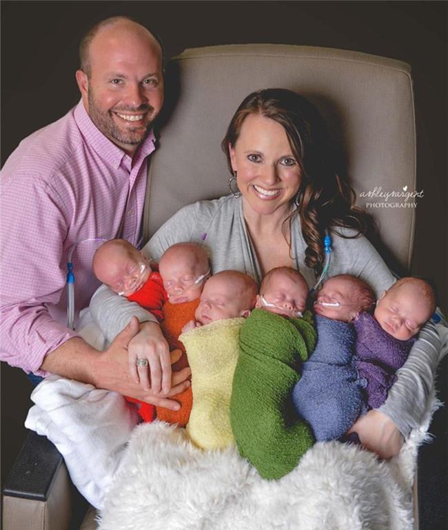 Được biết, 6 bé sơ sinh này là con củavợ chồng anh Eric và chị Courtney.