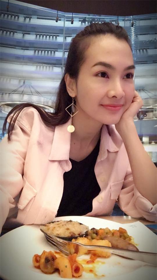 Siêu mẫu Hà Anh, diễn viên Anh Thư lên tiếng về bức ảnh mẹ vén váy cho con bú nơi công cộng - Ảnh 6.