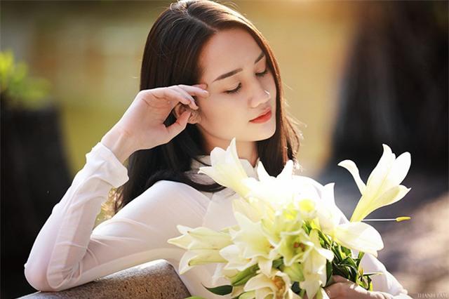 Năm nay, hoa loa kèn nở sớm cũng là dịp cho các cho gái yêu hoa như Hoàng Ngọc Hà Hải Yến thực hiện những bộ ảnh đẹp tuyệt.